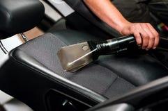 Selbstautoservice, der den Fahrersitz säubert Lizenzfreie Stockfotografie