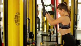 Selbstbewusste sportive Frau mit dem idealen dünnen Körper, der Abrissübung tut stock video