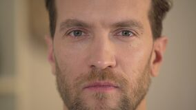 Selbstbewusster intelligenter junger Mann mit den verschiedenen farbigen Augen, die Kamera betrachten stock video