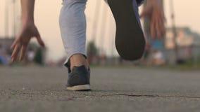Selbstbewusster Mann fängt an, in Marathon zu laufen, um Stärke und Ausdauer zu prüfen stock footage