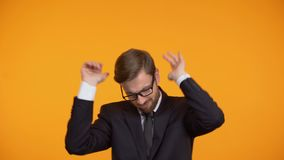Selbstbewusstes Geschäftsmanntanzen, Förderung feiernd, Karrierewachstum stock footage