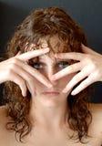 Selbstbewusstes Mädchen, das sich versteckt Stockbilder