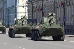 Selbstfahrende Artilleriegewehr Nona-SVK geht zur Wiederholung von t Lizenzfreies Stockfoto