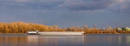 Selbstfahrender Scow auf Fluss Donau stockfotografie
