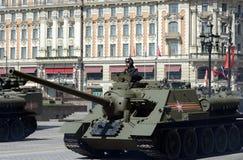 Selbstfahrendes Gewehr SU-100 während einer Wiederholung der Parade eingeweiht dem 70. Jahrestag des Sieges im Großen patriotisch Lizenzfreie Stockfotografie