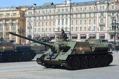 Selbstfahrendes Gewehr SU-100 während einer Wiederholung der Parade eingeweiht dem 70. Jahrestag des Sieges im Großen patriotisch Stockbild