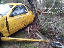 Selbstfahrzeugunfall Autoautounfall auf Seite der Straße Total beschädigt Ruiniertes Auto Stockbild