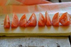 Selbstgezogene Tomate auf rustikalem gehacktem Brett Lizenzfreie Stockbilder