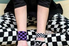 Selbstmörderische deprimierte Mädchenvertretung schrammt von den Messerschnitten auf ihrem Arm Lizenzfreie Stockfotografie