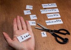 Selbstmotivationskonzept Negative Wörter geschnitten mit Scheren Stockfotografie