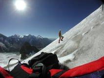 Selbstporträt beim Klettern einer steilen Steigung des Eises Stockbild