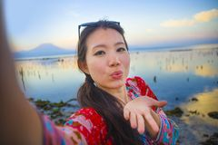 Selbstporträt des herrlichen schönen und glücklichen asiatischen Koreaners oder der Chinesin 20s, die selfie Foto mit Handykamera Lizenzfreie Stockfotografie