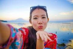 Selbstporträt des herrlichen schönen und glücklichen asiatischen Koreaners oder der Chinesin 20s, die selfie Foto mit Handykamera Stockbild