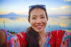 Selbstporträt des herrlichen schönen und glücklichen asiatischen Koreaners oder der Chinesin 20s, die selfie Foto mit Handykamera Stockbilder