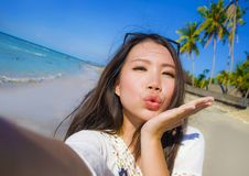 Selbstporträt des herrlichen schönen und glücklichen asiatischen Koreaners oder der Chinesin 20s, die selfie Foto sendet Kuss mit Stockfotografie