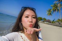Selbstporträt des herrlichen schönen und glücklichen asiatischen Koreaners oder der Chinesin 20s, die selfie Foto sendet Kuss mit Stockfoto