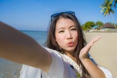 Selbstporträt des herrlichen schönen und glücklichen asiatischen Koreaners oder der Chinesin 20s, die selfie Foto sendet Kuss mit Lizenzfreie Stockbilder