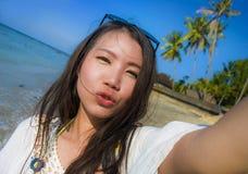 Selbstporträt des herrlichen schönen und glücklichen asiatischen Koreaners oder der Chinesin 20s, die selfie Foto sendet Kuss mit Lizenzfreie Stockfotografie