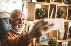 Selbstporträt ist auch für ältere Leute stockbild