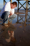 Selbstprüfung: Ein Mann und seine Reflexion Lizenzfreie Stockfotografie