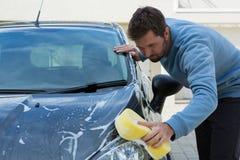 Selbstservice-Personal, das ein Auto mit Schwamm wäscht Lizenzfreies Stockfoto