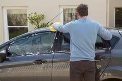 Selbstservice-Personal, das ein Autodach mit Schwamm wäscht Lizenzfreie Stockfotos