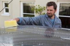 Selbstservice-Personal, das ein Autodach mit Schwamm wäscht Lizenzfreie Stockbilder