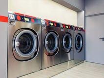 Selbstservice-Waschmaschine mit sauberem Raum lizenzfreie stockfotos