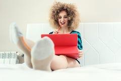 Selbstständige Frau, die vom Haus ist erfolgreich arbeitet lizenzfreie stockfotografie
