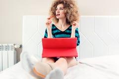 Selbstständige Frau, die vom Haus ist erfolgreich arbeitet Lizenzfreie Stockbilder