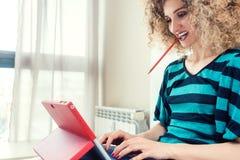 Selbstständige Frau, die vom Haus ist erfolgreich arbeitet lizenzfreies stockbild