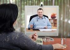 Selbstständiger Doktor, der mit on-line-Patienten arbeitet Lizenzfreie Stockfotografie