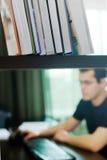 Selbstständiger Mann, der zu Hause arbeitet Lizenzfreies Stockbild