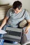 Selbstständiger Mann, der zu Hause arbeitet Stockbilder