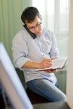Selbstständiger Mann, der zu Hause arbeitet. Stockfotografie