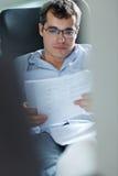 Selbstständiger Mann, der zu Hause arbeitet Stockfotografie