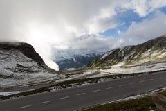 Selbststraße in den Alpen im Sommer Stockfotografie