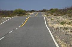 Selbststraße durch die Wüste Stockfotos