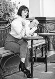 Selbstverbesserungskonzept Literatur f?r Frau Becher der besten Kombination des guten Kaffees und des angenehmen Buches f?r perfe stockfotos