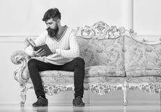 Selbstverbesserungskonzept Macho auf starkem Gesichtslesebuch Kerllesebuch mit Aufmerksamkeit Mann mit Bart und lizenzfreie stockbilder