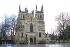Selby stadabbotskloster efter regn i mitt av Januari royaltyfri fotografi