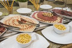 Selction των κρύων τροφίμων σαλάτας κρέατος σε έναν μπουφέ εστιατορίων Στοκ Φωτογραφίες
