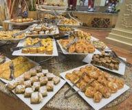 Selction de pastelarias doces em um bufete do restaurante Fotografia de Stock