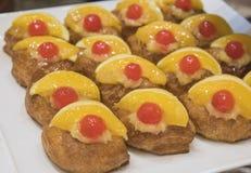 Selction de pastelarias doces em um bufete do restaurante Foto de Stock