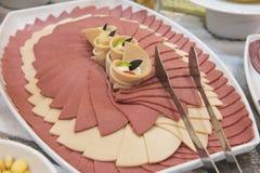Selction do alimento da salada das carnes frias em um bufete do restaurante Fotografia de Stock