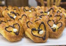 Selction słodcy ciasta przy restauracyjnym bufetem zdjęcia royalty free