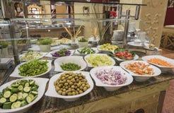 Selction van saladevoedsel bij een restaurantbuffet Stock Afbeeldingen