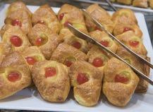 Selction van zoete gebakjes bij een restaurantbuffet Stock Foto