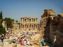 Selcuk Turkiet - Juni 18 2012: Turist- besöka Ephesus forntida stad, nära Kusadasi Lokal för Unesco-världsarv Celsiust arkiv Royaltyfri Foto