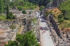 SELCUK, TURQUÍA - 3 DE MAYO DE 2015: turistas que miran ruinas de Ephesus antiguo Imagen de archivo libre de regalías